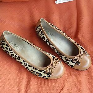 Vionic Minna leopard flats